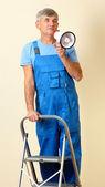 Superintendente de construcción dirige reparación de pie en la escalera — Foto de Stock