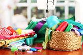 Máquina de coser y la tela de fondo claro — Foto de Stock