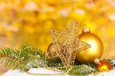 Décoration de noël sur fond jaune — Photo