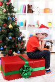 小男孩与大礼物和时钟在期待新的一年 — 图库照片