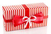 Coloré cadeau rouge avec noeud isolé sur blanc — Photo
