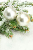 Bombki na jodła śniegu, na białym tle — Zdjęcie stockowe