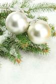 雪、白で隔離されるモミの木でクリスマス ボール — ストック写真