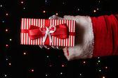 Noel baba el hediye kutusu parlak arka planda tutarak — Stok fotoğraf