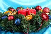 Hermosa corona de navidad sobre fondo de tela azul — Foto de Stock
