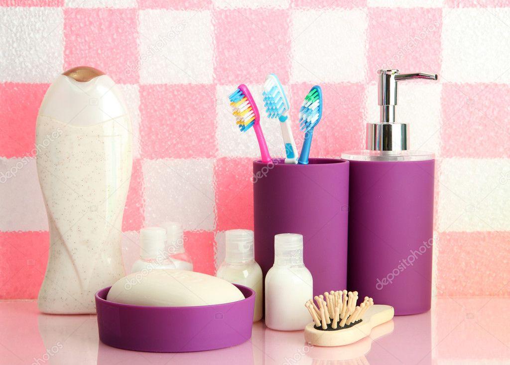 badutensilien auf regal im badezimmer auf rosa. Black Bedroom Furniture Sets. Home Design Ideas