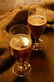 Vasos de cerveza en primer plano de la mesa de madera — Foto de Stock