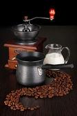 Máquina de café e moinho de café na mesa marrom — Fotografia Stock