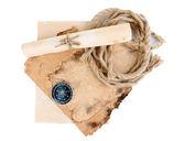 Papel viejo, brújula, desplazamiento y cuerda aislados en blanco — Foto de Stock