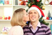 Beijo romântico sob o visco — Fotografia Stock