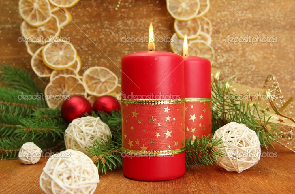 Dos velas y adornos navide os sobre fondo de oro fotos - Adornos navidenos con velas ...