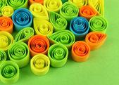 Kolorowy, quilling na zielone tło zbliżenie — Zdjęcie stockowe