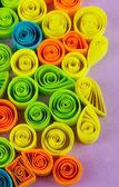 Kolorowy, quilling na purpurowe tło zbliżenie — Zdjęcie stockowe