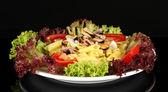 Deniz ürünleri üzerine siyah izole lezzetli i̇talyan makarna — Stok fotoğraf