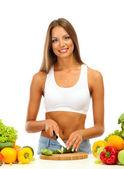 Красивая молодая женщина резки овощей, изолированные на белом — Стоковое фото