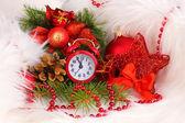 Рождественские украшения с часами в белый мех — Стоковое фото