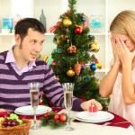 hediyeleri Noel ağacının yakınında masada oturan ile genç mutlu çift — Stok fotoğraf