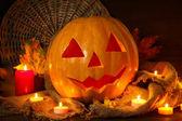 木製の背景上の秋の紅葉とハロウィーン カボチャ — ストック写真