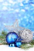 Kerstdecoratie op blauwe achtergrond — Stockfoto