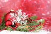Kerstdecoratie op rode achtergrond — Stockfoto