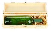 Garrafa de vinho em caixa de madeira, isolada no branco — Fotografia Stock