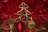 Mumlar ve parlak zemin üzerine kırmızı ve altın renkli süslemeleri Noel kompozisyonu — Stok fotoğraf