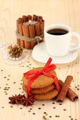 Biscotti per la santa: immagine concettuale dei biscotti allo zenzero, latte e natale decorazione su sfondo chiaro — Foto Stock