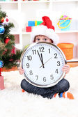 Child with clock in anticipation of New Year — Stok fotoğraf