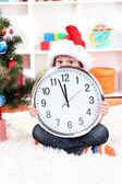 Enfant avec horloge en prévision du nouvel an — Photo