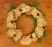 干柠檬与杉木树木制背景上的圣诞花环 — 图库照片