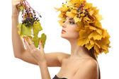 Güzel bir genç kadın üzerinde beyaz izole sarı sonbahar çelenk ile — Stok fotoğraf