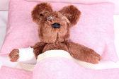Urso doente na cama — Fotografia Stock