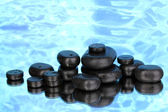 Piedras spa con gotitas sobre fondo azul — Foto de Stock