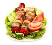 Savoureuse viande grillée et légumes sur les brochettes sur la plaque, isolé sur blanc — Photo