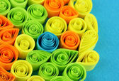 Kolorowy, quilling na niebieskim tle z bliska — Zdjęcie stockowe