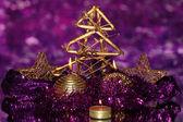 Boże narodzenie skład z świece i dekoracje w fioletowe i złote kolory na jasnym tle — Zdjęcie stockowe