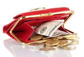 Weibliche rote Geldbörse mit Geld isoliert auf weiss — Stockfoto