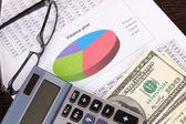 Documenten, geld en glazen close-up — Stockfoto