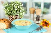 Geurige soep in blauw bord op tafel op venster achtergrond close-up — Stockfoto