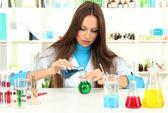 年轻的科学家在实验室中 — 图库照片