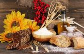 Pane di segale sul tavolo di legno su fondo in legno — Foto Stock
