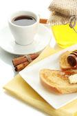 Toast de pain blanc avec confiture et café, isolé sur blanc — Photo