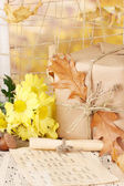 Autumnal composition with gift,flowers and leaves on bright background — Stock fotografie