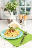 在咖啡馆中的白木表上的番茄酱通心粉意面菜 — 图库照片