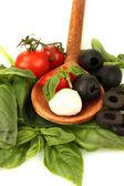 Kaas mozzarella met groenten in houten lepel op witte achtergrond close-up — Stockfoto