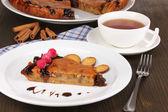 Saborosa torta no prato na mesa de madeira — Foto Stock
