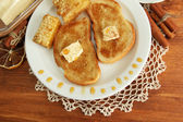 Vitt bröd rostat bröd med honung på träbord — Stockfoto