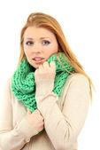 Jovem mulher bonita vestindo roupas de inverno no vento frio, isolado no branco — Foto Stock