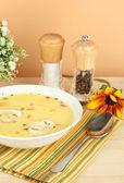ароматный суп в белом фоне на стол на бежевом фоне крупным планом — Стоковое фото