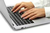 Vrouwelijke handen schrijven op laptot, close-up — Stockfoto